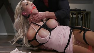 Tranny Kayleigh Coxx is ready for hard sex with her friend while she hangs