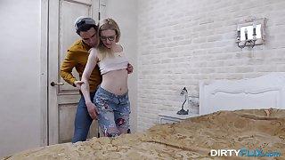 Nerd blonde in glasses Lizi Smoke gets her pussy fucked by innovative boyfriend