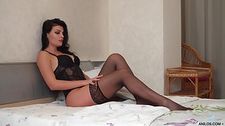 Taking housewife Milena is jilling off her pussy