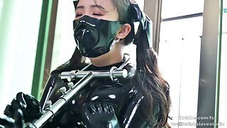 Cute latex doll does metal villeinage and breathplay